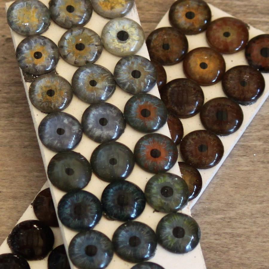 Mediprothèses-l-oculariste-a-peint-plusieurs-echantillons-d-iris