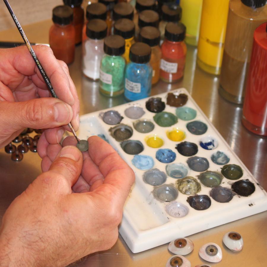 Mediprothèses-notre-oculariste-peint-un-iris-entièrement-à-la-main
