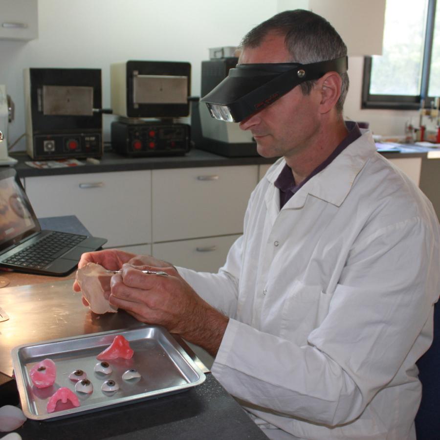 Mediprothèses-notre prothésiste sculpte un nez en cire