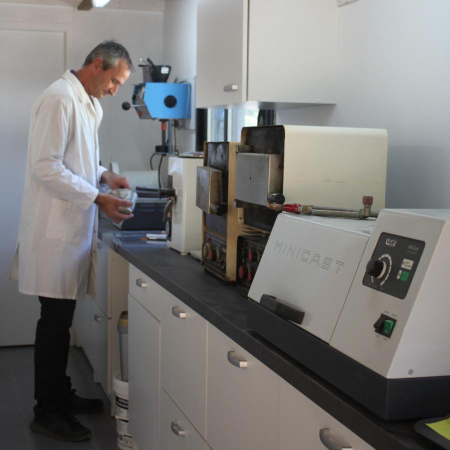 Mediprothèses-l-oculariste fabrique un moulage en plâtre