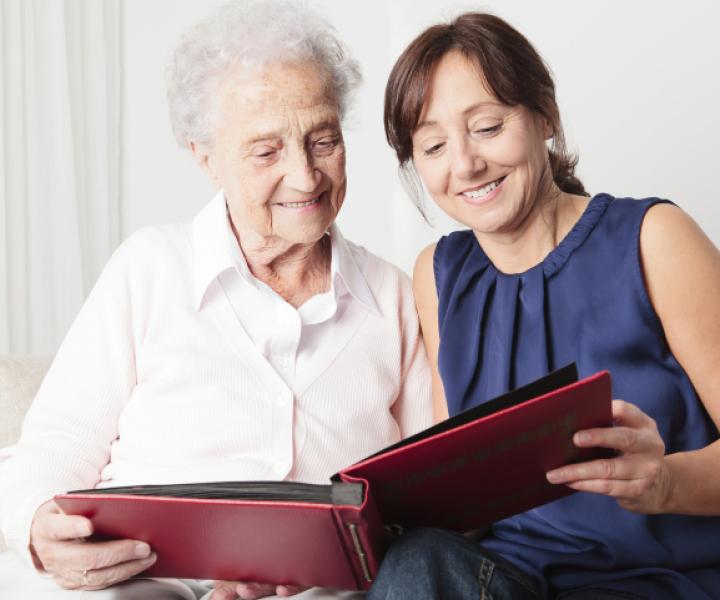 Mediprothèses-voici-une-personne-âgée-accompagnée-par-un-aidant-familial